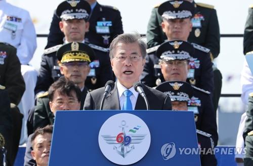 「国軍の日」記念式典で演説する文大統領=28日、平沢(聯合ニュース)