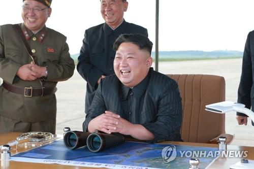 ミサイル発射訓練を視察する金正恩氏=(朝鮮中央通信=聯合ニュース)