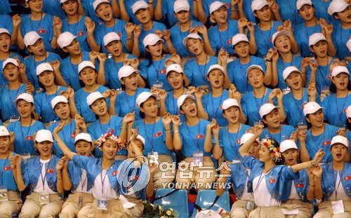03年の大邱夏季ユニバーシアードに参加した北朝鮮応援団(資料写真)=(聯合ニュース)