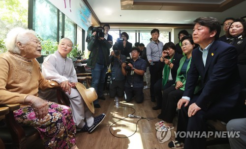 慰安婦被害者と対話する安代表(手前右)=2日、広州(聯合ニュース)