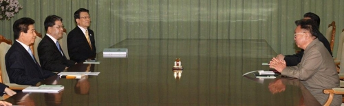 盧武鉉氏(左手前)と金正日氏(右)による2007年の会談の様子(資料写真)=(聯合ニュース)