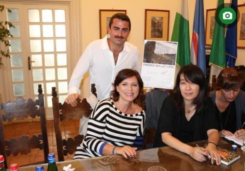 授賞式に出席するためイタリアを訪れた韓江氏(右から2人目、ANSA通信のホームページから)=(聯合ニュース)