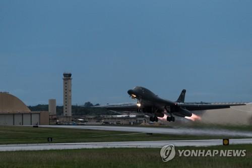 米領グアムの空軍基地を飛び立つ米戦略爆撃機B1B(米太平洋空軍提供)=(聯合ニュース)