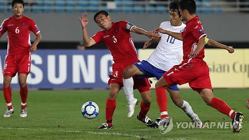2010年のU19アジア選手権で韓国と戦った北朝鮮チーム(赤いユニホーム、資料写真)=(聯合ニュース)