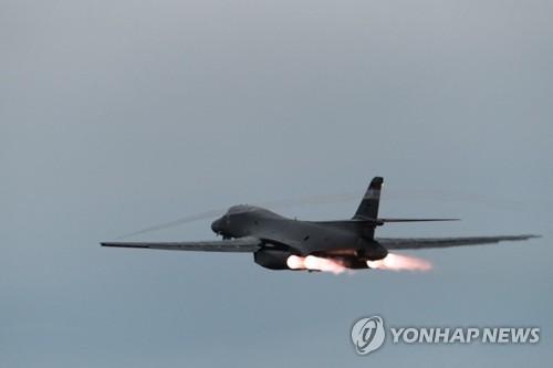 朝鮮半島の東沖に向けて飛行する米戦略爆撃機B1B(米太平洋空軍提供)=(聯合ニュース)