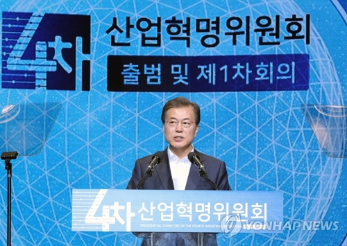 委員会の発足式で発言する文大統領=11日、ソウル(聯合ニュース)