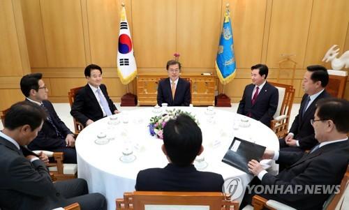 訪朝を終えた議員らと会合する文大統領(中央)=11日、ソウル(聯合ニュース)