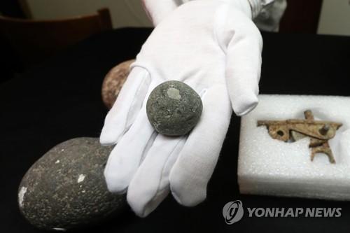 公開された石の弾丸=12日、鳴梁海峡(聯合ニュース)