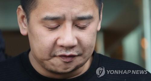 送検される前、同署前で「申し訳ありません」と謝罪するイ容疑者=13日、ソウル(聯合ニュース)