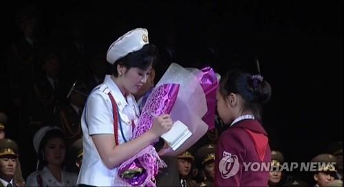 観客の少女にサインをするモランボン楽団のメンバー=(聯合ニュース)