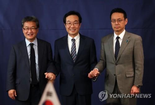 韓米日の6カ国協議首席代表会合に出席した(左から)ユン氏、李氏、金杉氏=18日、ソウル(聯合ニュース)