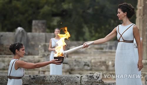 ギリシャ・オリンピア遺跡で行われた聖火採火式=24日、オリンピア(聯合ニュース)