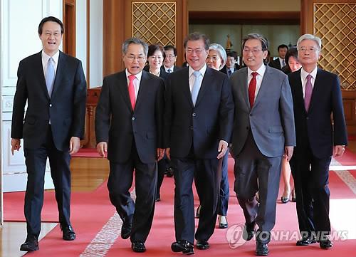 文大統領(中央)と大使ら。左端が李駐日大使=25日、ソウル(聯合ニュース)