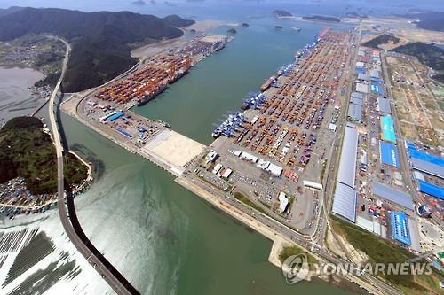 釜山新港と熊東物流団地(資料写真)=(聯合ニュース)