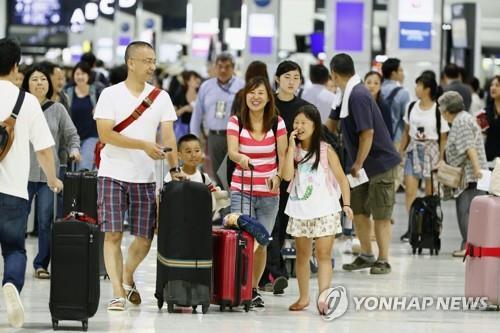 旅行客で混み合う成田空港(資料写真)=(聯合ニュース)