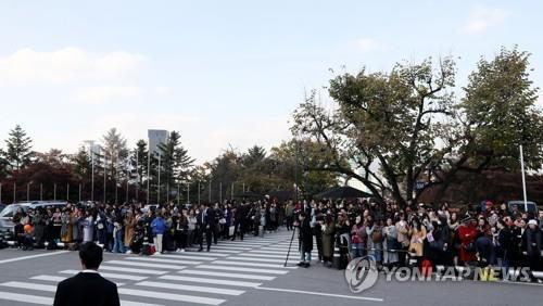 式場に集まったファンら=31日、ソウル(聯合ニュース)
