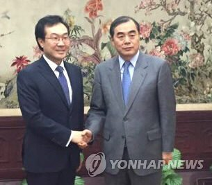 李本部長(左)と孔次官補(資料写真)=(聯合ニュース)