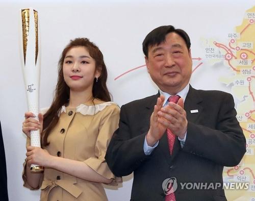 李熙範・委員長(右)とキム・ヨナさん=(聯合ニュース)