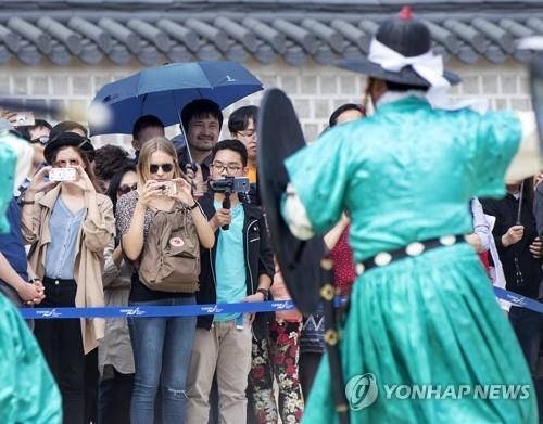 ソウルにある古宮、景福宮を訪れた外国人観光客(資料写真)=(聯合ニュース)