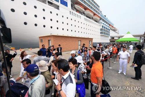 クルーズ船で韓国を訪れた日本人観光客(資料写真)=(聯合ニュース)