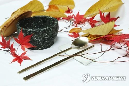 真鍮製の匙と箸、石鍋(青瓦台提供)=7日、ソウル(聯合ニュース)