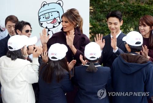韓国の女子生徒と交流するメラニア夫人=7日、ソウル(聯合ニュース)