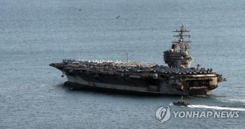 先月26日、釜山港を出航するロナルド・レーガン=(聯合ニュース)