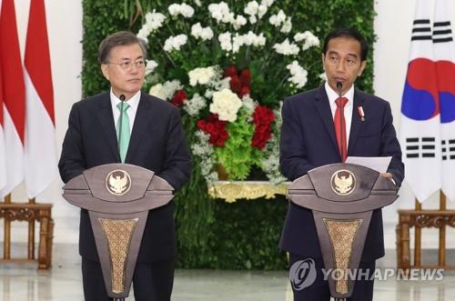 共同記者会見を行う文大統領(左)とジョコ大統領=9日、ソウル(聯合ニュース)