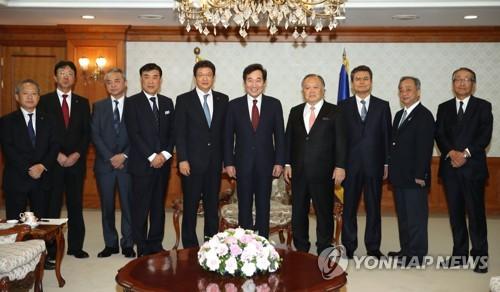 日本の旅行会社のトップらと記念撮影を行う李首相(左端から6人目)=10日、ソウル(聯合ニュース)
