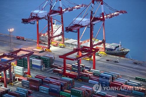 コンテナの積み下ろしが行われている港(資料写真)=(聯合ニュース)