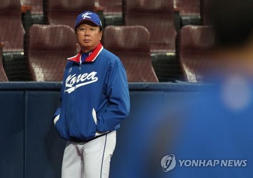 高尺スカイドームで練習を見つめる宣銅烈監督=13日、ソウル(聯合ニュース)