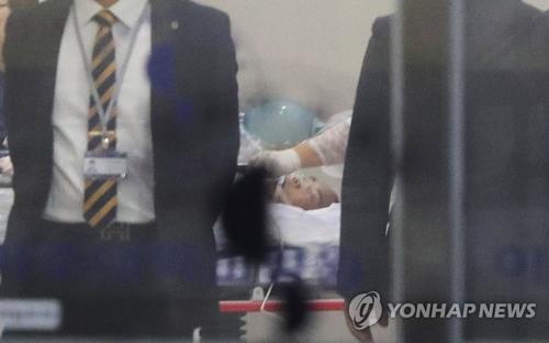 亡命した兵士とみられる男性。亜州大病院に搬送された=13日、水原(聯合ニュース)
