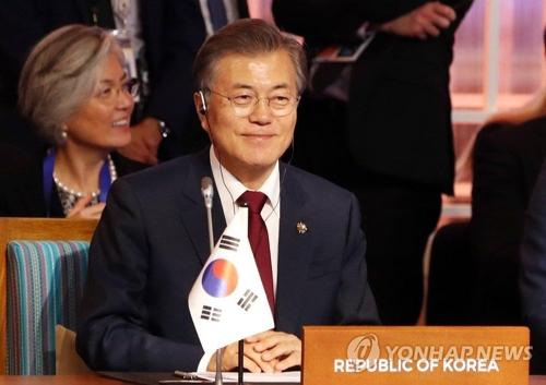 東アジアサミットに出席した文大統領=14日、マニラ(聯合ニュース)