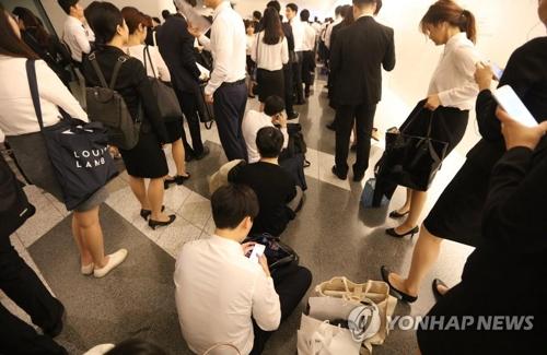 企業の採用説明会に参加する若者たち(資料写真)=(聯合ニュース)