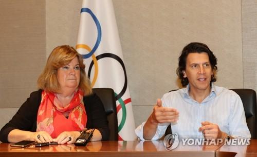 リンドベリ調整委員長(左)とデュビ五輪統括部長(資料写真)=(聯合ニュース)