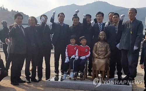 3月1日、李舜臣広場で行われた少女像の除幕式=(聯合ニュース)