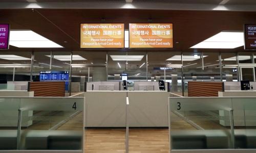 第2ターミナル内に設置された国際行事専用の入国審査カウンター=24日、仁川(聯合ニュース)