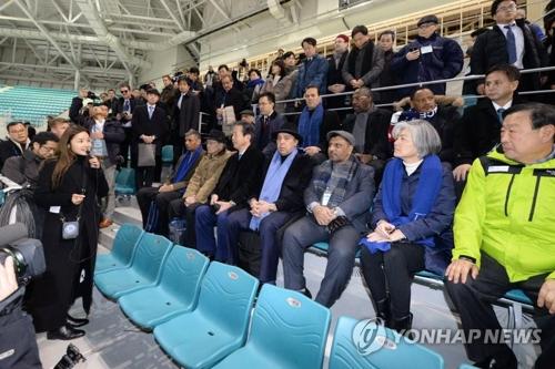 康長官(右から2人目)や各国関係者が競技場の観客席で説明を聞いている(同部提供)=(聯合ニュース)