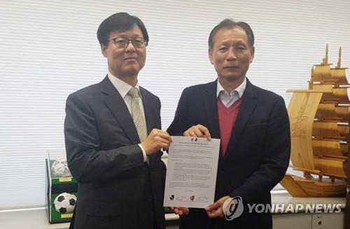 韓国プロサッカー連盟のハン・ウンス事務総長(左)とJリーグの原博実副理事長(同連盟提供)=25日、ソウル(聯合ニュース)