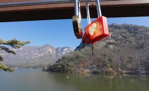 故金日成主席の別荘跡地から見た鳴声山。カップルたちが取り付けた南京錠が目を引く=(聯合ニュース)