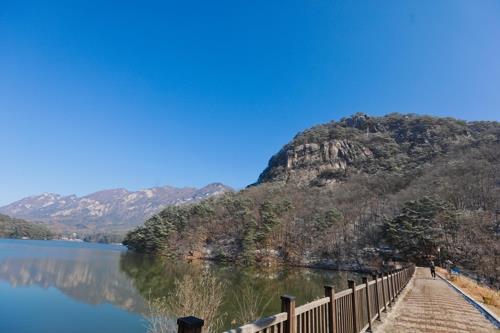 山井湖と鳴声山=(聯合ニュース)