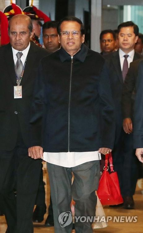 仁川国際空港に到着したシリセナ大統領=28日、仁川(聯合ニュース)