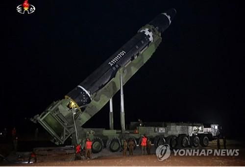 「火星15」が発射台に設置される様子=30日、ソウル(朝鮮中央テレビ=聯合ニュース)