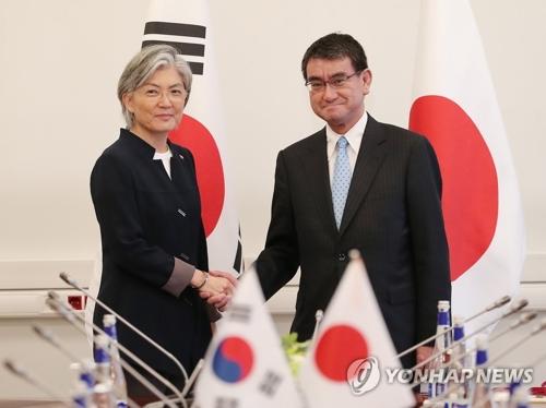 康外交部長官(左)と河野外相=(聯合ニュース)