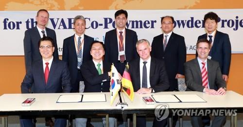 今年6月、ドイツの企業と投資に関する了解覚書を交わす金起ヒョン(キム・ギヒョン)蔚山市長(前列左から2人目、蔚山市提供)=(聯合ニュース)