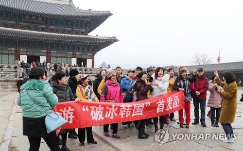 8カ月ぶりに韓国を訪れた中国人団体観光客がソウル・景福宮を見学している=3日、ソウル(聯合ニュース)