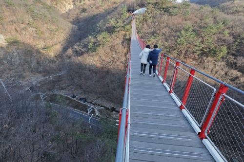 つり橋を渡る登山客=(聯合ニュース)