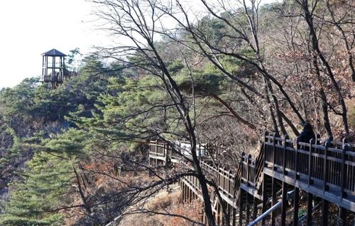 梵輪寺の左に伸びる登山道=(聯合ニュース)