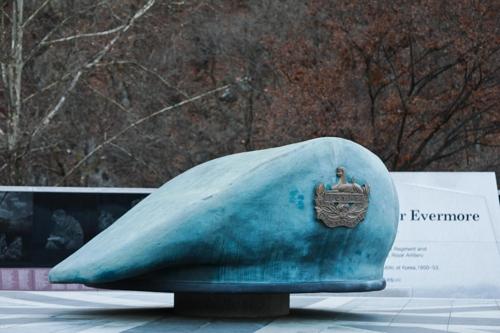 坡州の英国軍追慕公園に設置されたベレー帽の形のモニュメント=(聯合ニュース)