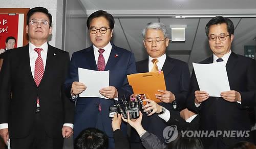 国会で予算案の合意文を読み上げる与野党の院内代表ら=4日、ソウル(聯合ニュース)